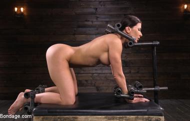 Ariel X – Ariel X: Bodybuilder doppelt in teuflische Geräte eingedrungen – Devicebondage (Kink)