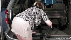 Boss will auf ihre großen Brüste kommen